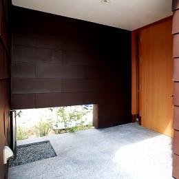 おゆみ野の家 -ルーフデッキのある家- (雨に濡れない玄関ポーチ)