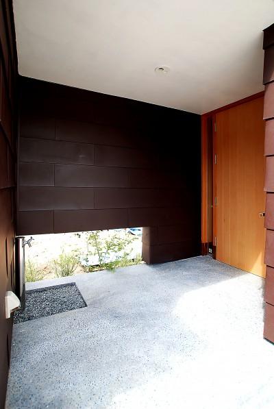 雨に濡れない玄関ポーチ (おゆみ野の家 -ルーフデッキのある家-)