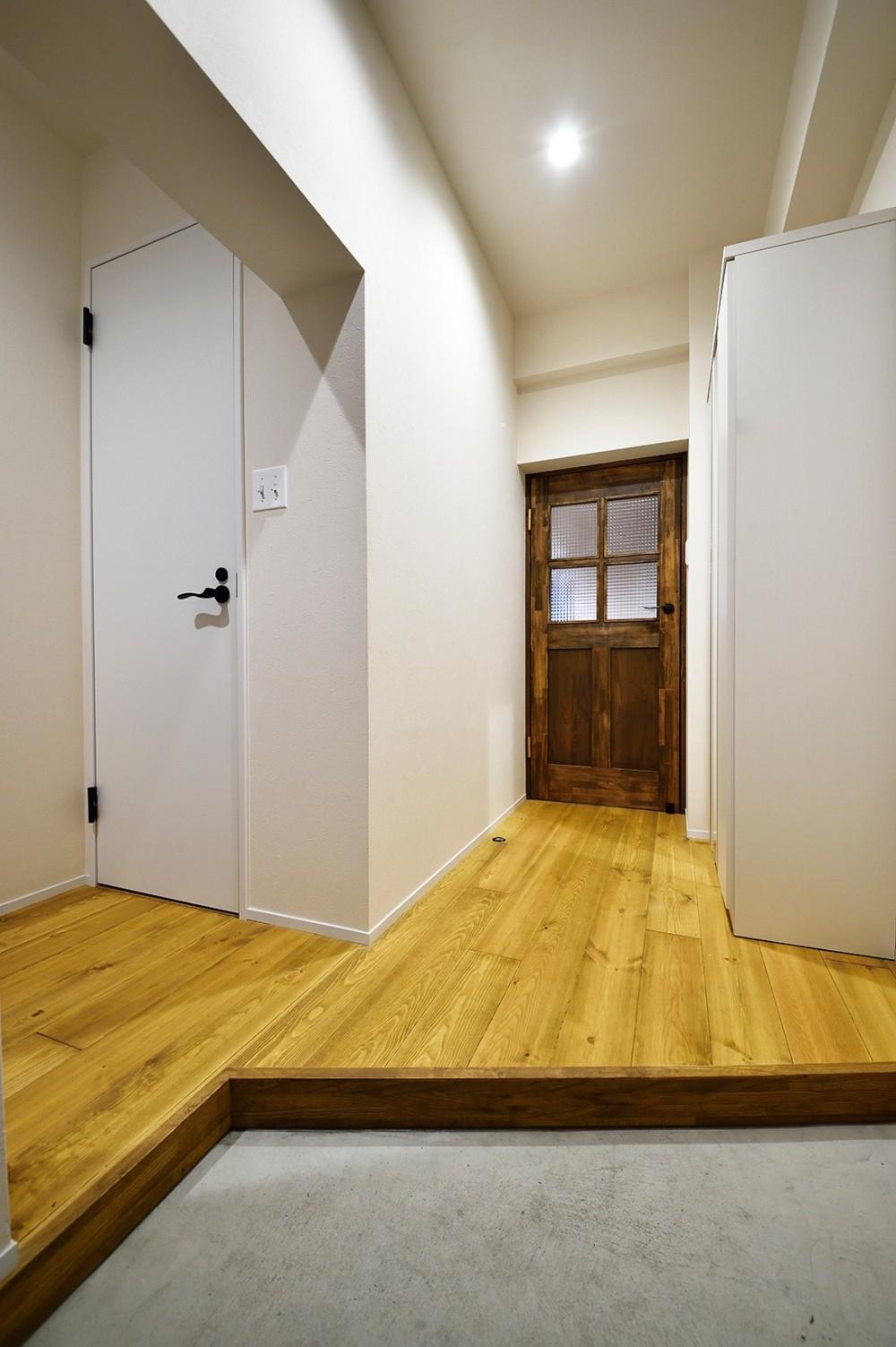 東京S邸~お家のなかにおウチがある家(マンション)~ (広く見えるよう工夫された玄関)