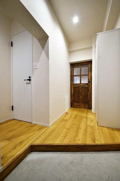 広く見えるよう工夫された玄関 (東京S邸~お家のなかにおウチがある家(マンション)~)