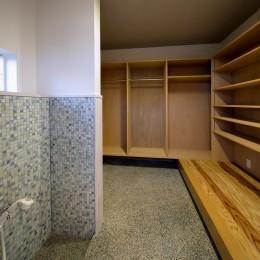 『上駒沢の家』プライベートを大切にした二世帯住宅 (シュークロゼット(子世帯))