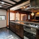 築50年木造の家-古きよき姿を残しながら住み継ぐリノベーション-の写真 光と影のコントラストが美しい 格子窓のあるキッチン
