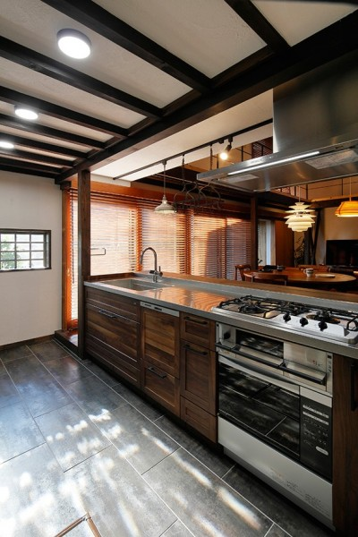 築50年木造の家-古きよき姿を残しながら住み継ぐリノベーション- (光と影のコントラストが美しい 格子窓のあるキッチン)