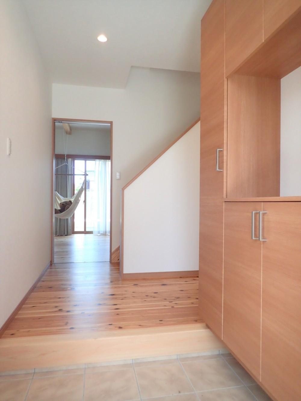 木の香りと暮らす自然素材の家 (玄関ホール)