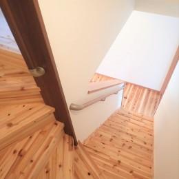 木の香りと暮らす自然素材の家 (階段)