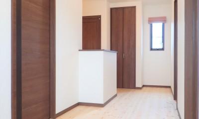 木の香りと暮らす自然素材の家 (2階ホール)