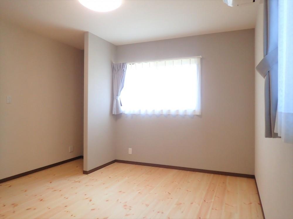 木の香りと暮らす自然素材の家 (2階寝室)