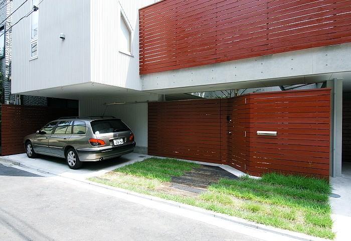浅草の家―2階にある庭 (道路側からの外観)