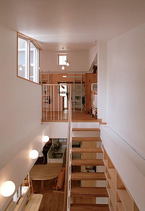 浅草の家―2階にある庭 (階段越しに2階のダイニングと、3階の子供スペースを見る)
