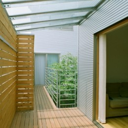 大井町の家―中庭を囲むH型プラン (2階のリビング、バルコニーから中庭方面を見る)
