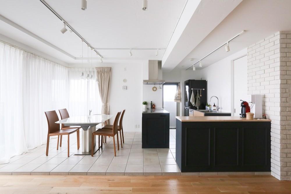 terrace~凛としたモノトーンカラーに。素材の温もりが心地よい自然光あふれる閑やかな住まい~ (リビングダイニング)