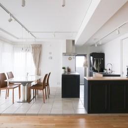 terrace~凛としたモノトーンカラーに。素材の温もりが心地よい自然光あふれる閑やかな住まい~