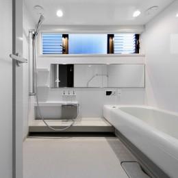 築50年木造の家-古きよき姿を残しながら住み継ぐリノベーション- (白を基調とした浴室)
