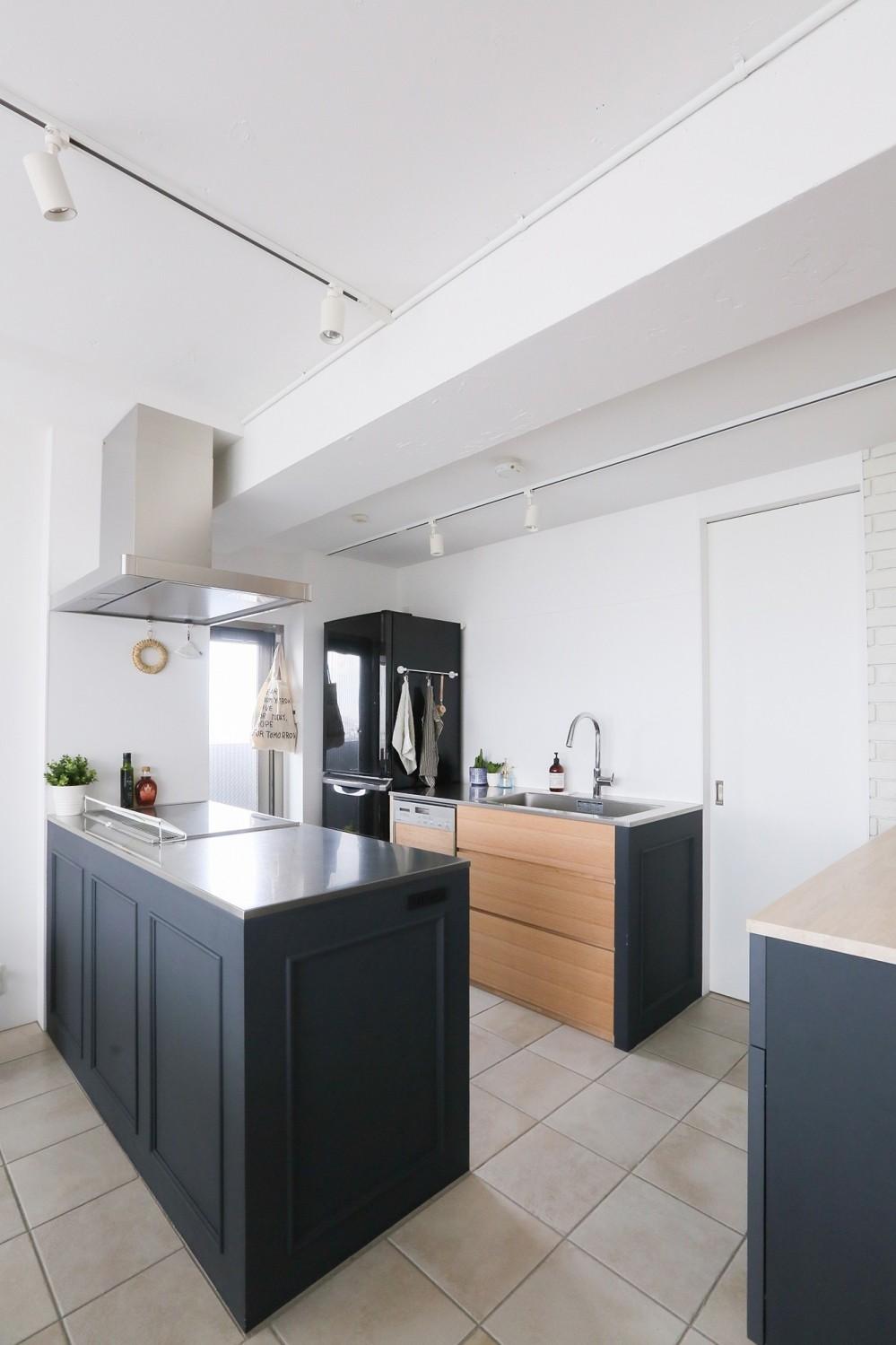 terrace~凛としたモノトーンカラーに。素材の温もりが心地よい自然光あふれる閑やかな住まい~ (キッチン)