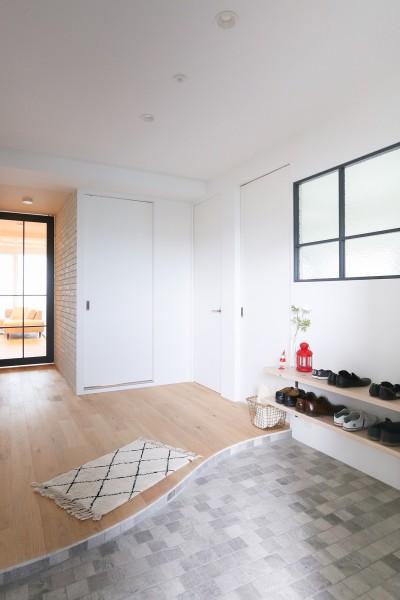 玄関 (terrace~凛としたモノトーンカラーに。素材の温もりが心地よい自然光あふれる閑やかな住まい~)