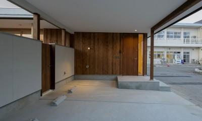 『須坂屋部町の家』思いっきり遊べる庭がある家 (玄関と駐車スペース)