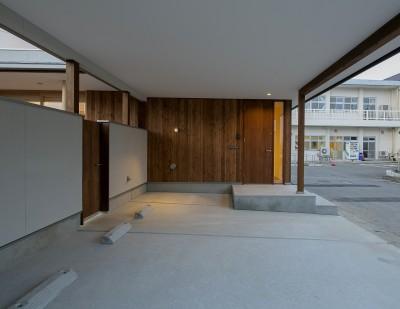 玄関と駐車スペース (『須坂屋部町の家』思いっきり遊べる庭がある家)