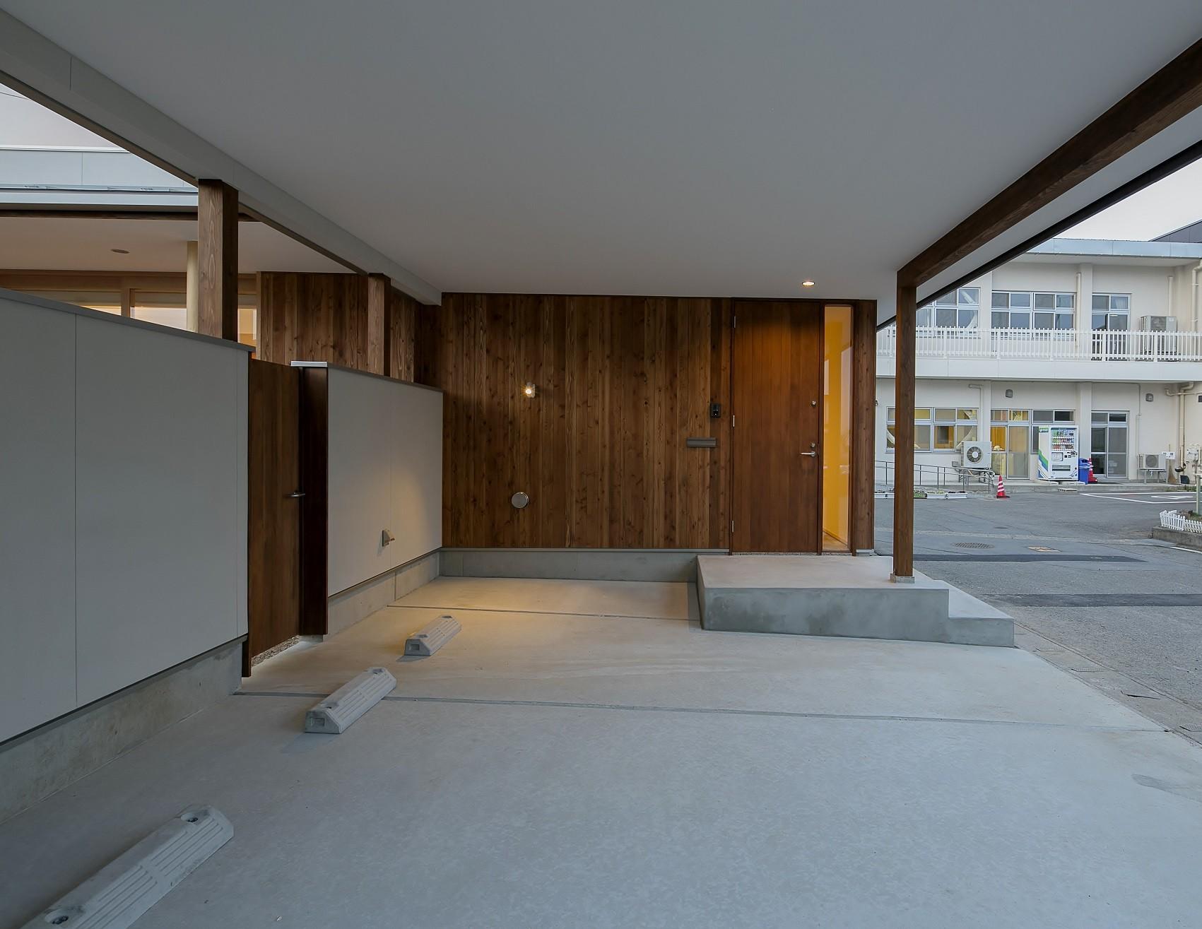 外観事例:玄関と駐車スペース(『須坂屋部町の家』思いっきり遊べる庭がある家)