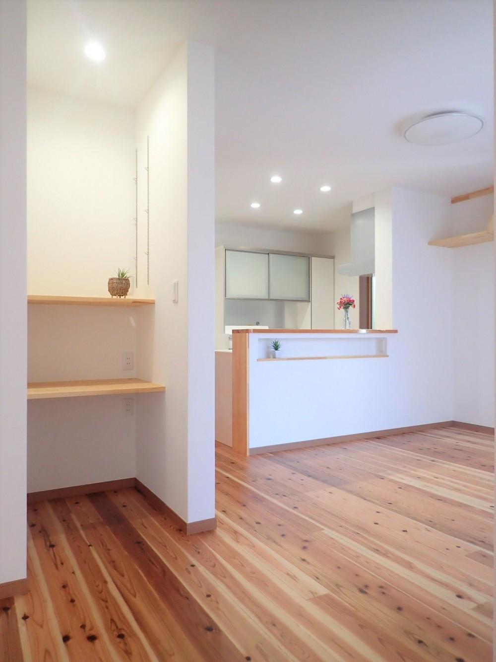 木のやさしさに包まれて家族と過ごす広々空間 (デスクコーナー~キッチン)