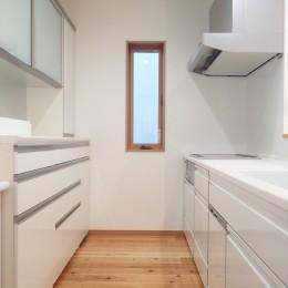 木のやさしさに包まれて家族と過ごす広々空間 (キッチン)