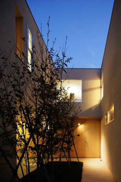 二世帯の生活を中庭が繋ぐ( 大東の家 )の部屋 外観夜景