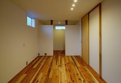 ベッドルーム (『須坂屋部町の家』思いっきり遊べる庭がある家)