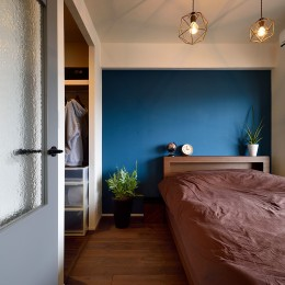 RC躯体の武骨な眺め 個性的なアメリカンモダン・インテリア<第34回「住まいのリフォームコンクール」作品部門 優秀賞 受賞> (壁一面にブルーを塗装したカジュアルモダンな寝室)