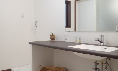 家族3世帯で暮らすみんなが住みやすい家 (洗面室)