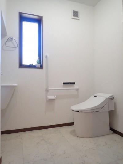 トイレ① (家族3世帯で暮らすみんなが住みやすい家)