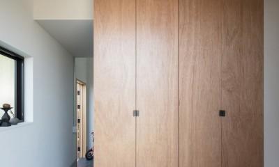 四つ角の家|家の中に4つの小さな家がある住宅【大阪府堺市】 (土間へと続くエントランス。床は墨入りモルタル。建具はラワン合板。)