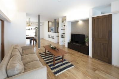 三世代同居の丈夫で使いやすい家 「O-River」 (リビングからダイニング)