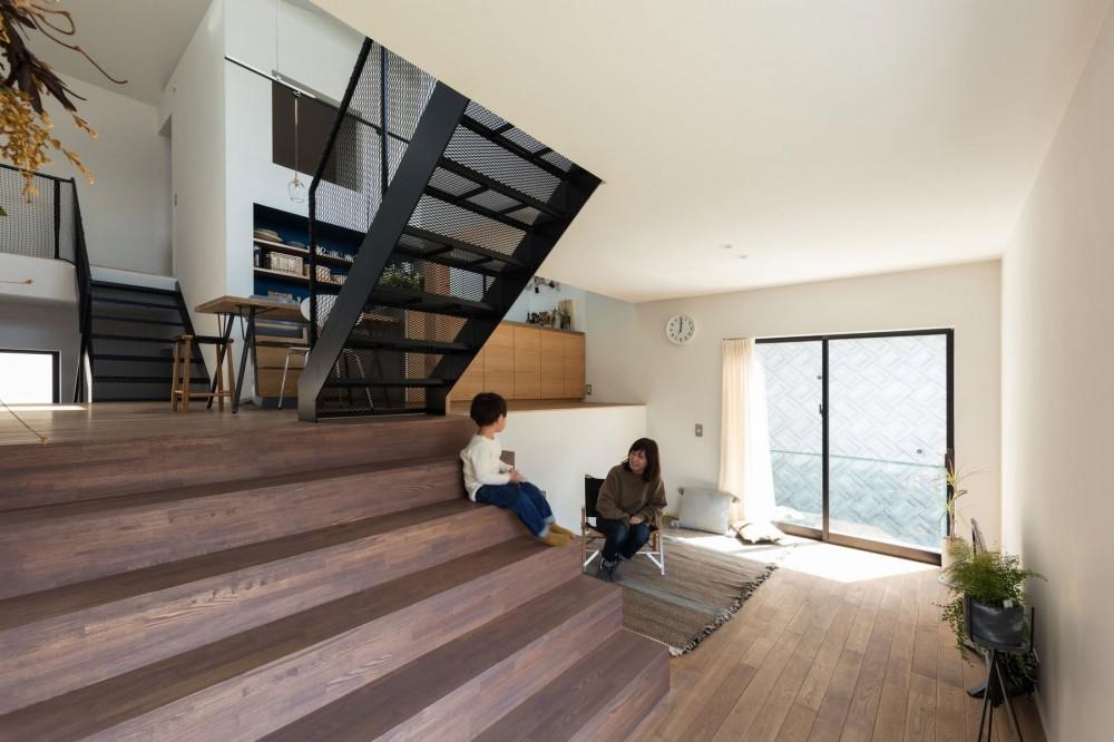 四つ角の家|家の中に4つの小さな家がある住宅【大阪府堺市】 (大きな階段のあるリビング。半階上にダイニングキッチンのある四つ角が見える。)