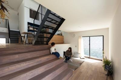 大きな階段のあるリビング。半階上にダイニングキッチンのある四つ角が見える。 (四つ角の家|家の中に4つの小さな家がある住宅【大阪府堺市】)