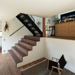 四つ角の家|家の中に4つの小さな家がある住宅【大阪府堺市】 (リビングから大きな階段を見返す。床はナラフローリング。)