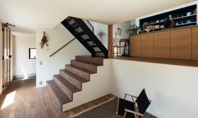 リビングから大きな階段を見返す。床はナラフローリング。|四つ角の家|家の中に4つの小さな家がある住宅【大阪府堺市】