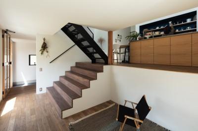 リビングから大きな階段を見返す。床はナラフローリング。 (四つ角の家|家の中に4つの小さな家がある住宅【大阪府堺市】)