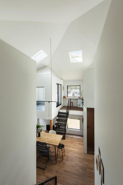 小さな家は必要に応じて大きさが全部異なる。四つ角が歪むことで正方形平面の強い求心力が適度に拡散されている。 (四つ角の家|家の中に4つの小さな家がある住宅【大阪府堺市】)