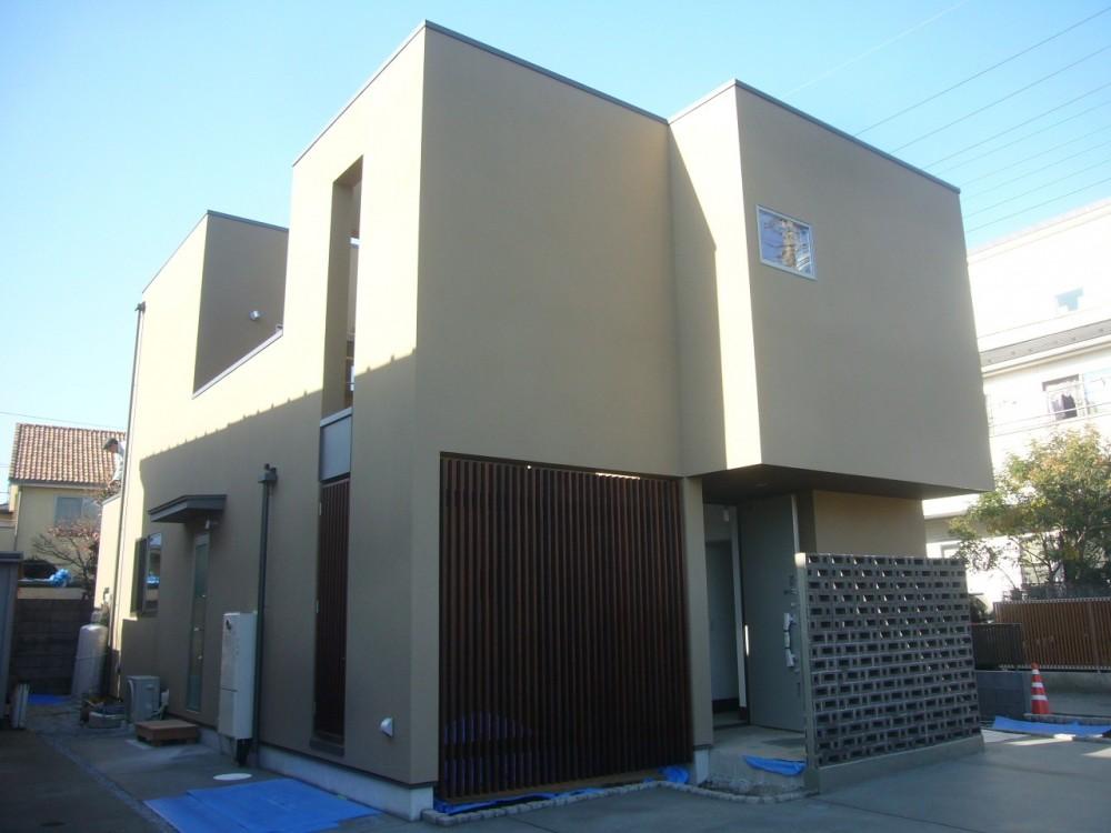 三つの陸屋根を持つコートハウス (格子と空洞ブロックでアクセントを加えた外観)