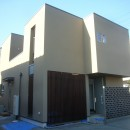 三つの陸屋根を持つコートハウスの写真 格子と空洞ブロックでアクセントを加えた外観