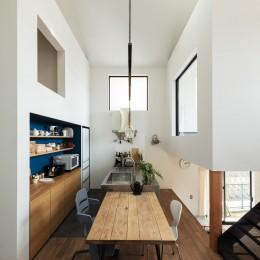 四つ角からダイニングキッチンを見る。 (四つ角の家|家の中に4つの小さな家がある住宅【大阪府堺市】)