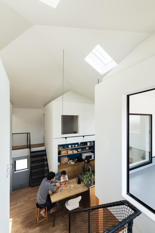 四つ角の家|家の中に4つの小さな家がある住宅【大阪府堺市】 (書斎から四つ角を見る。階段はエキスパンドメタル。)