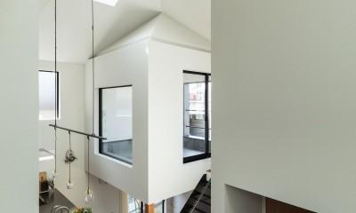 四つ角の家|家の中に4つの小さな家がある住宅【大阪府堺市】 (窓を介していろいろな場所がつながる。)