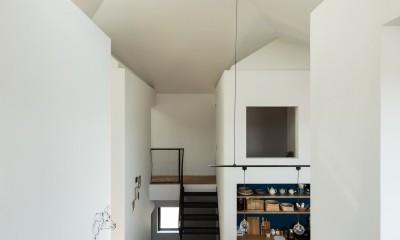 四つ角の家|家の中に4つの小さな家がある住宅【大阪府堺市】 (南東から四つ角を見る。キッチンバックセットの裏はクローゼットルーム。その上は和室。)