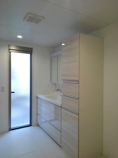 洗面脱衣室 (三つの陸屋根を持つコートハウス)