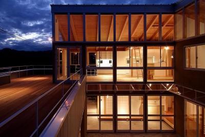 二世帯で楽しく暮らす家 吾妻川の家 (外観夜景)