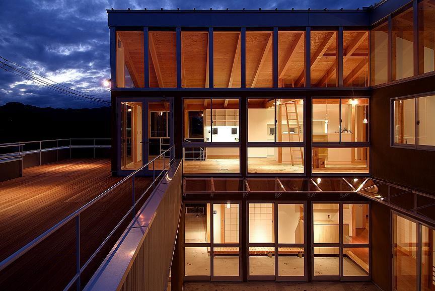 二世帯で楽しく暮らす家|吾妻川の家 (外観夜景)