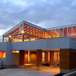 二世帯で楽しく暮らす家|吾妻川の家 (外観夕景)