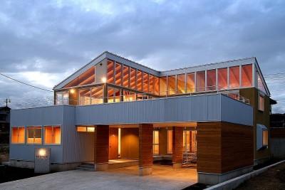 二世帯で楽しく暮らす家 吾妻川の家 (外観夕景)