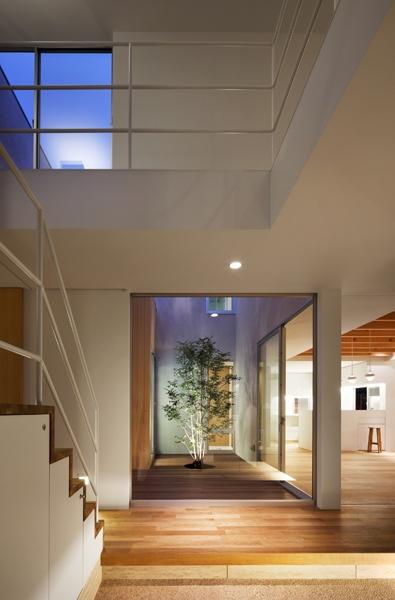 二世帯の生活を中庭が繋ぐ( 大東の家 )の部屋 玄関夜景