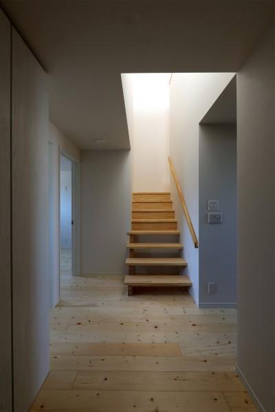階段 (絵画のように窓を眺める家。夏に花火を見るため大きな窓をつけました。)